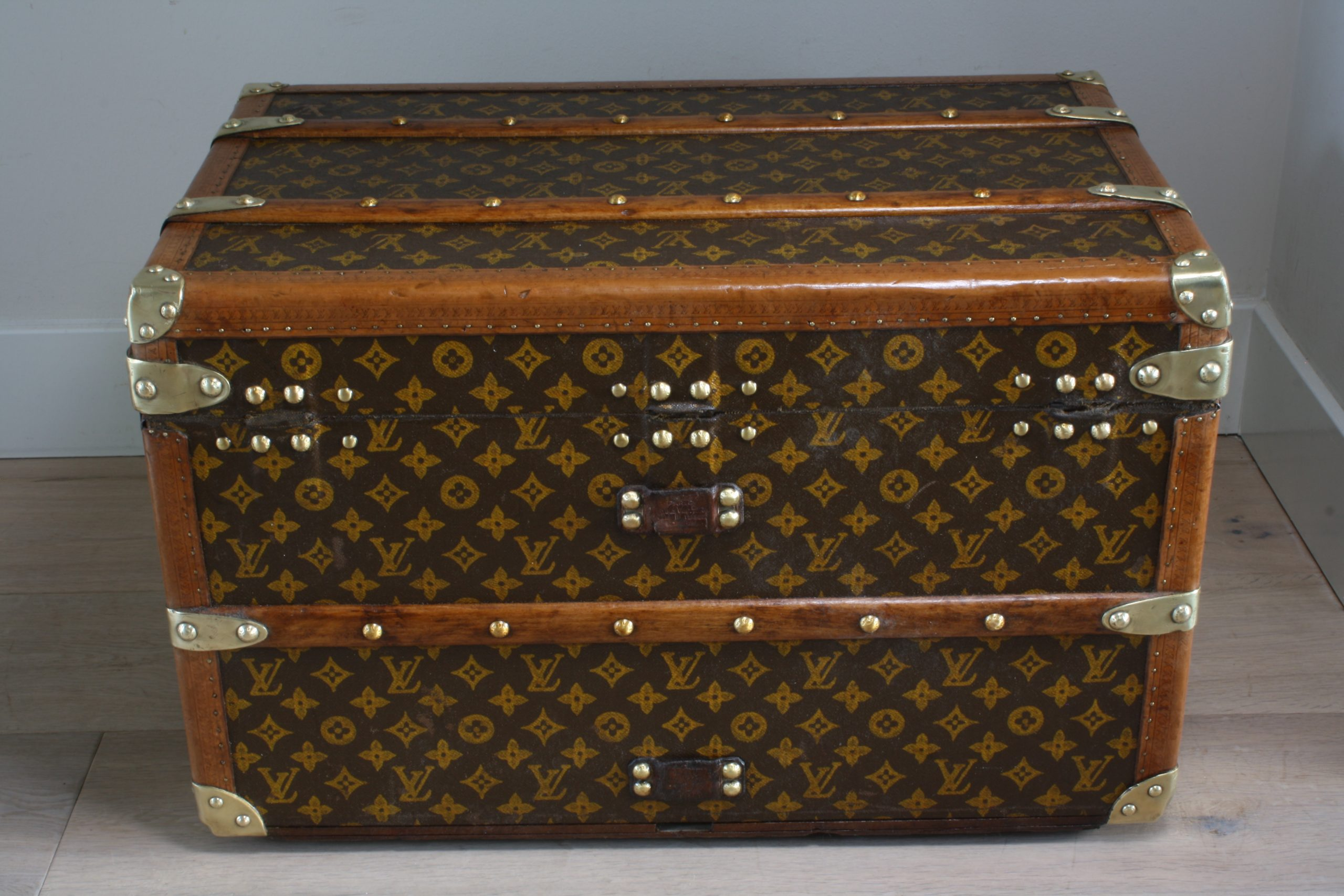 small-coffee-table-trunk-louis-vuitton-back