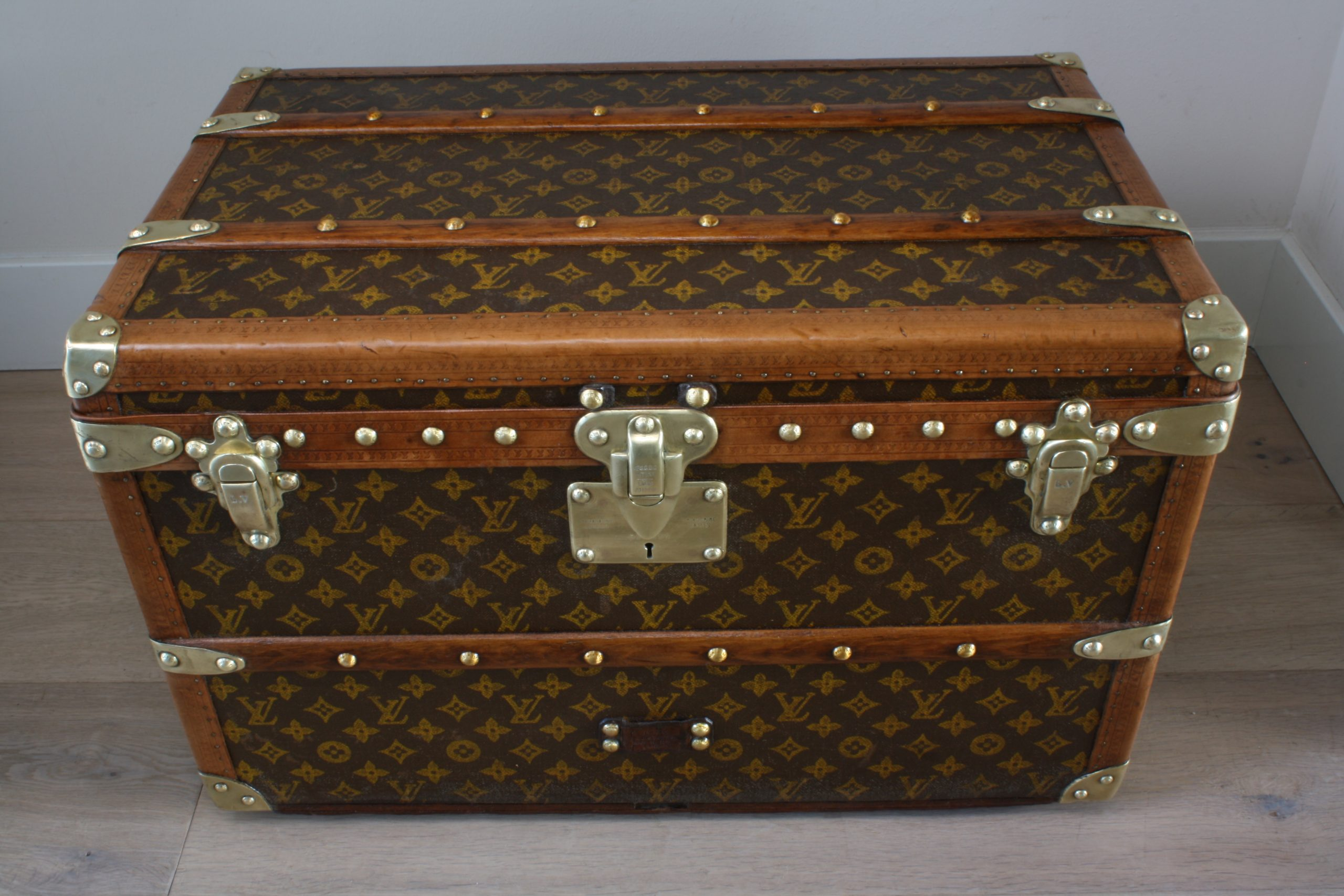 small-coffee-table-trunk-louis-vuitton-front