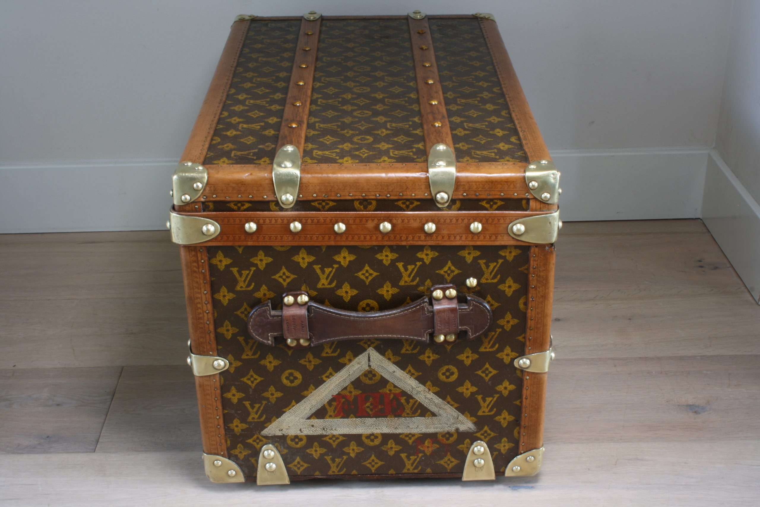 small-coffee-table-trunk-louis-vuitton-rightside