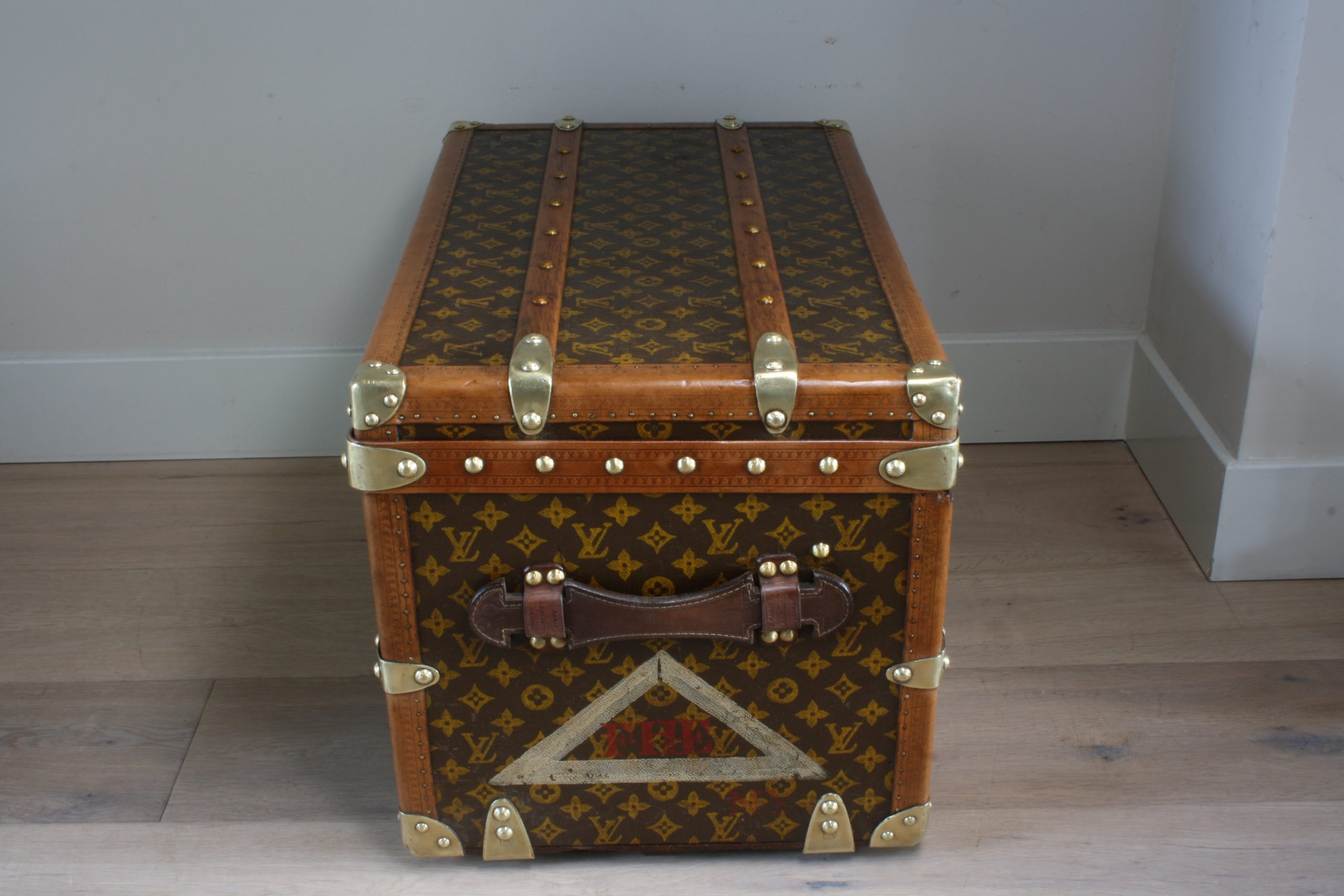 small-coffee-table-trunk-louis-vuitton-side