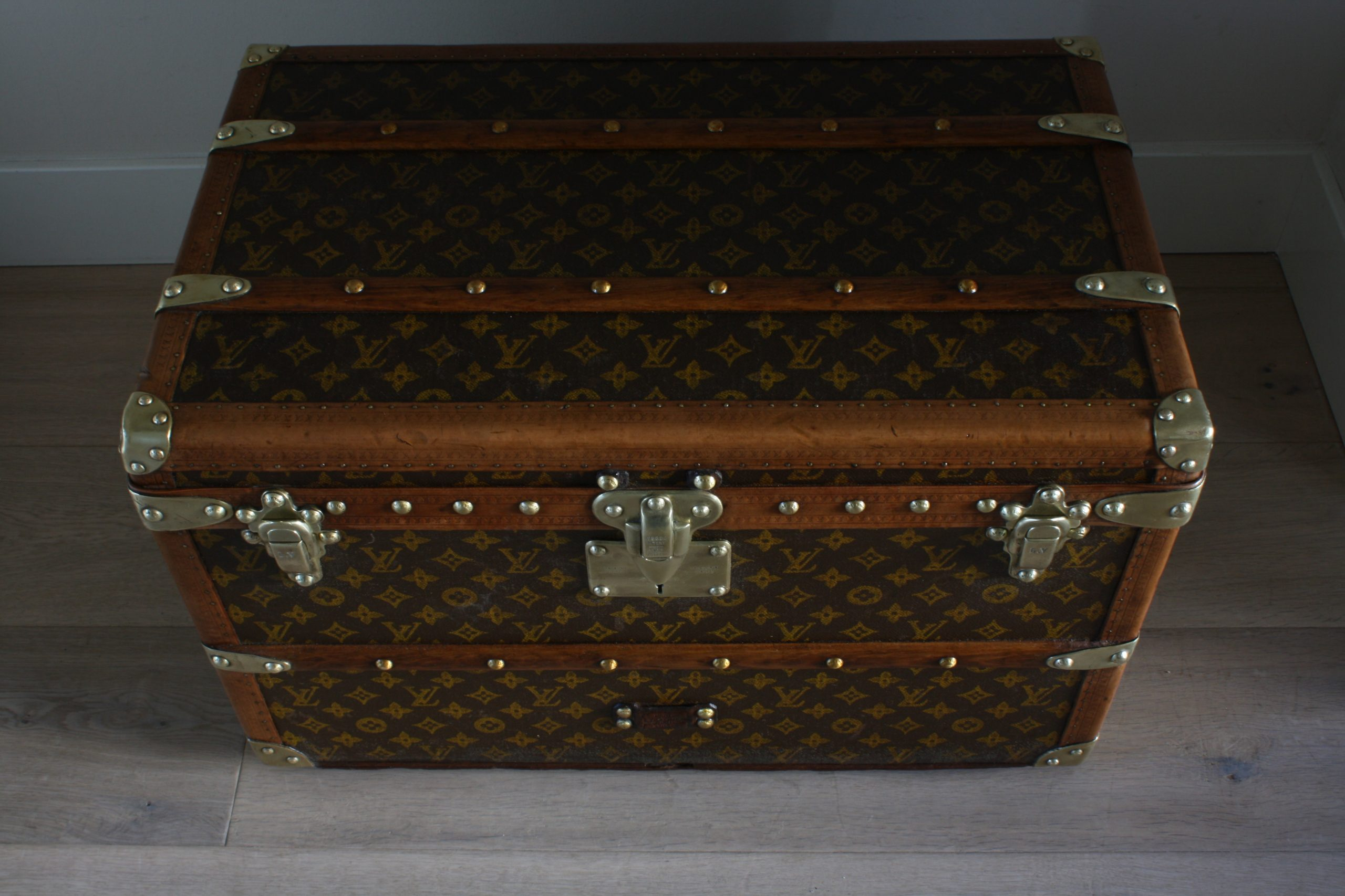 small-coffee-table-trunk-louis-vuitton-top